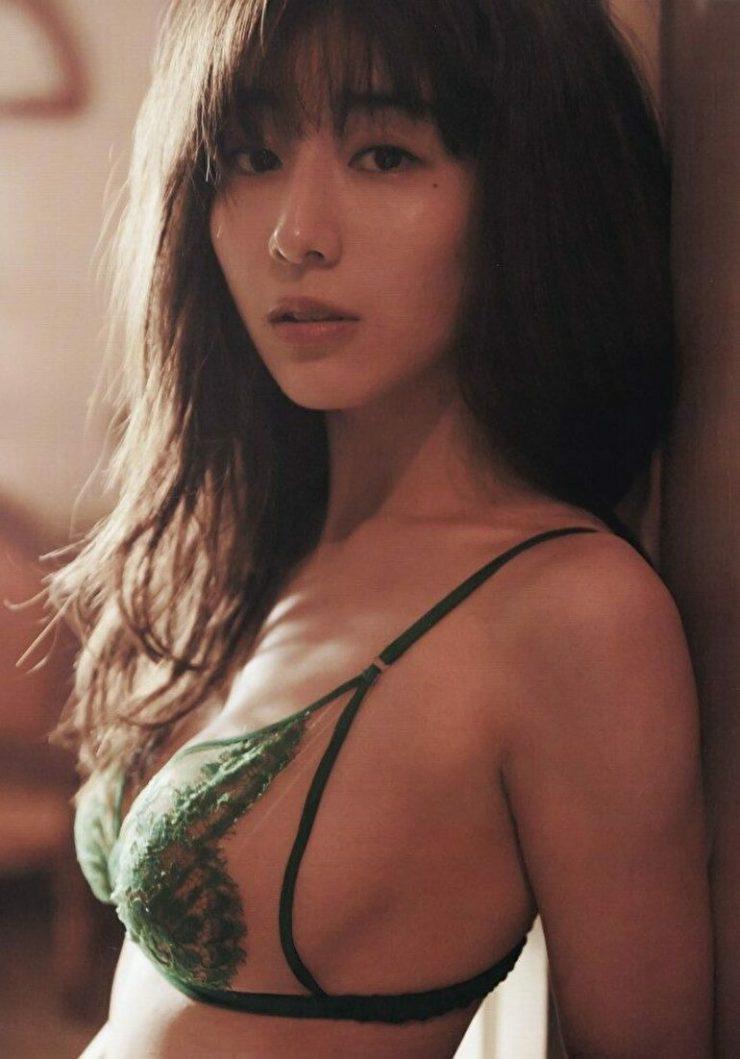 芸能人の手ブラ・セミヌードのエロ画像・田中みな実5