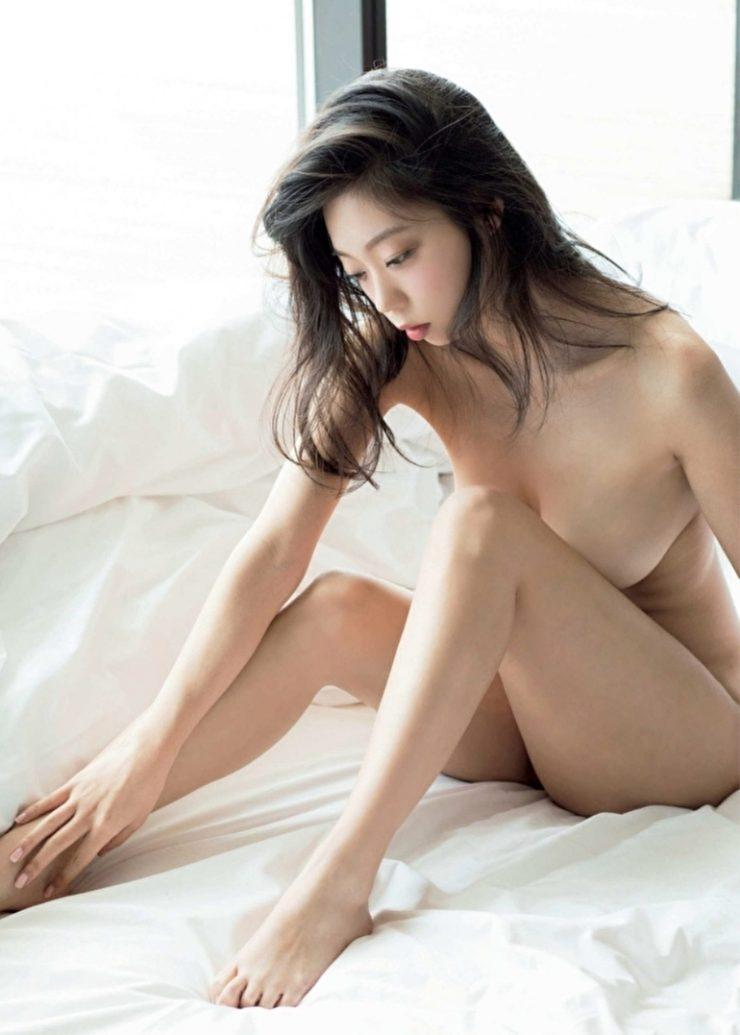 芸能人の手ブラ・セミヌードのエロ画像・青山ひかる4